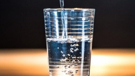 Bere troppa acqua fa male ai reni?