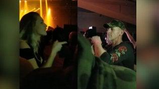 Il papà è sordo: al concerto rock sua figlia lo sorprende così