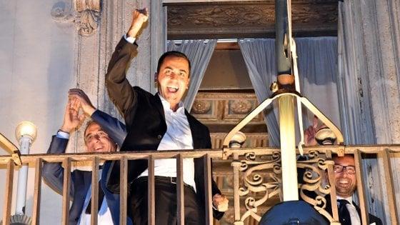 Il vicepremier Luigi Di Maio e i ministri del M5s alle finestre di palazzo Chigi festeggiano dopo aver fissato il deficit/Pil al 2,4%