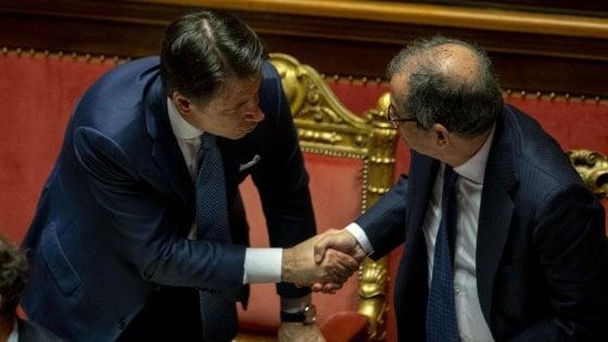 """Manovra, Conte al Senato: """"Con Ue negoziato politico, nessun arretramento"""". Di Maio e Salvini lo lasciano solo"""