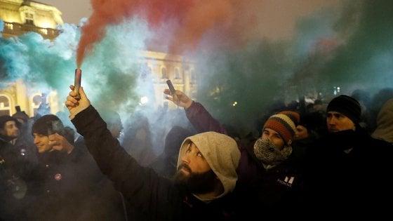 """Budapest, la rivolta degli ungheresi in piazza contro la """"legge schavitù"""""""