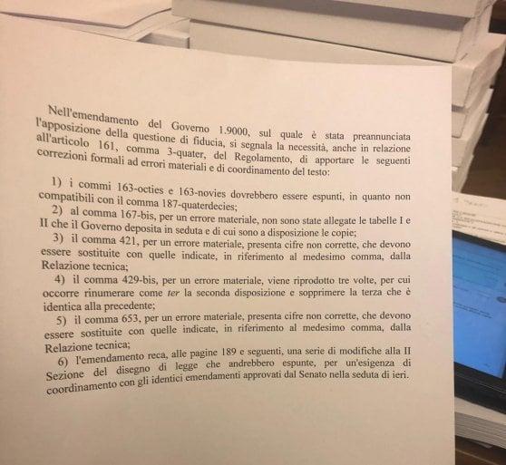 """Manovra, bagarre in Senato: il governo pone la fiducia. Il Pd non partecipa al voto: """"Ricorso alla Consulta"""""""
