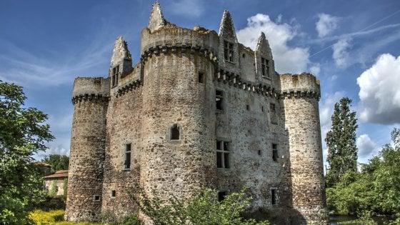 Francia, castello in vendita a quote da 50 euro per evitare la rovina