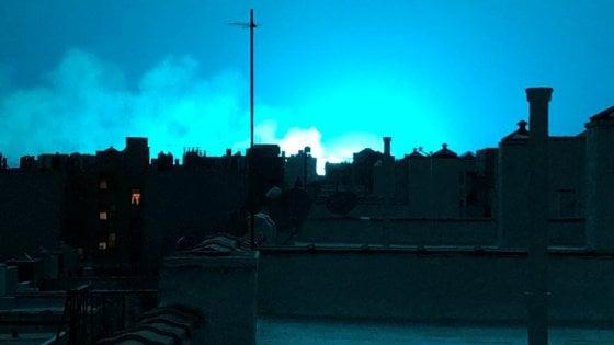 New York, esplosione nel Queens: il cielo si tinge di blu fosforescente