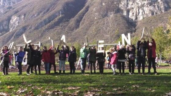 Trento, scontro politico sull'Altalena, la canzone antirazzista di Natale