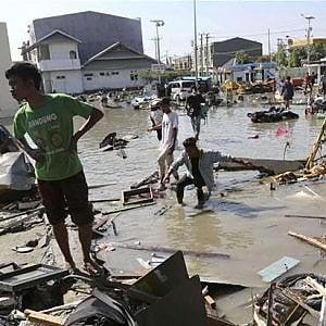 Indonesia, quasi 22 mila gli sfollati per lo tsunami: droni e cani per cercare i sopravvissuti, incombe la malaria