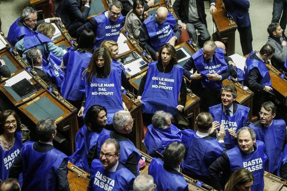 Manovra deputati fi con gilet azzurri berlusconi a for Deputati in italia