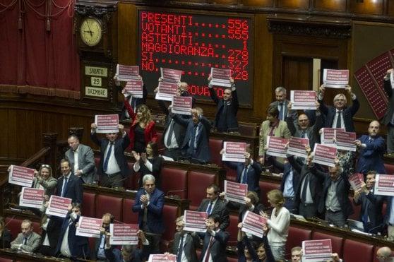 """Manovra, sì della Camera alla fiducia. Opposizioni: """"Un passo verso democrazia autoritaria"""". Fi con gilet azzurri"""