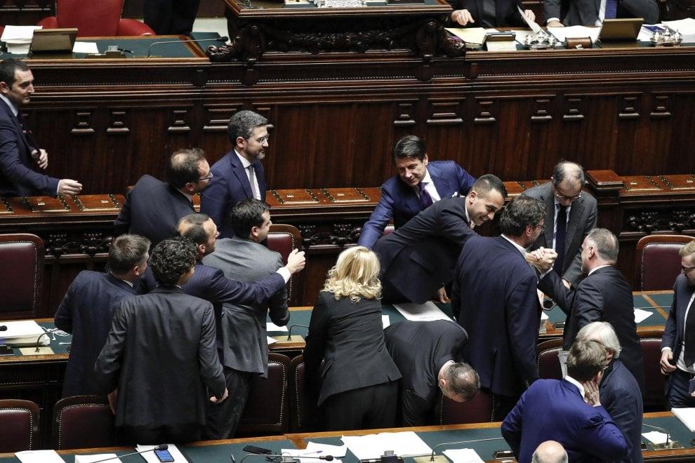 """Manovra, scene di esultanza sui banchi del governo. Conte: """"L'Italia è ripartita"""""""