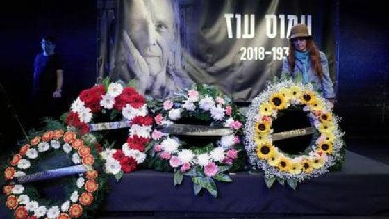 Amos Oz, l'addio nel suo kibbutz. L'omaggio di Rivlin e Abu Mazen