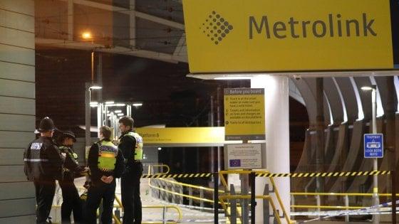 """Un uomo accoltella tre persone alla stazione di Manchester. La polizia indaga per """"terrorismo"""""""