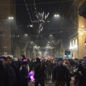 Capodanno, ignorato ovunque il divieto di botti e petardi: donna ferita al petto da un razzo a Benevento, in tre perdono una mano