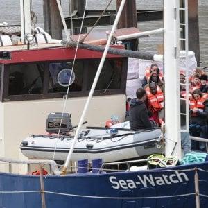 """Migranti, odissea senza fine per i 49 a bordo delle Ong tedesche. L'appello dei medici: """"Rischio malattie a bordo"""""""