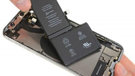 Apple, gli iPhone frenano anche per la batteria