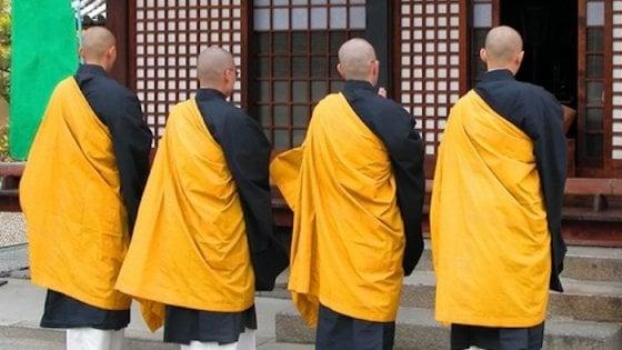 """Giappone, monaci contro le multe a chi guida in kimono: """"Ecco cosa possiamo fare con la nostra veste"""""""