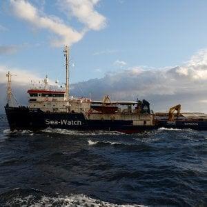 Sea Watch 3 di fronte a Malta, migrante si butta in acqua per disperazione. Trattativa per l'accoglienza