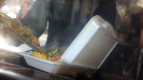 Stop a porta hot-dog e altri contenitori in plastica: New York mette al bando il polistirolo