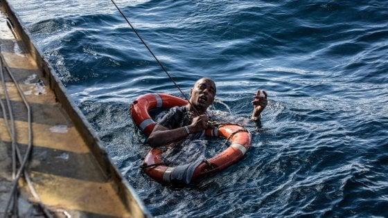 """Migranti, Cei: """"Chi si tira indietro non ha coscienza a posto"""". Fico si schiera con Di Maio. Ma Salvini: """"Non cediamo"""""""
