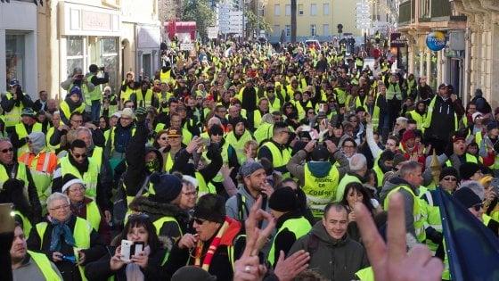 In Francia tornano in piazza i gilet gialli: assalto con la ruspa al ministero