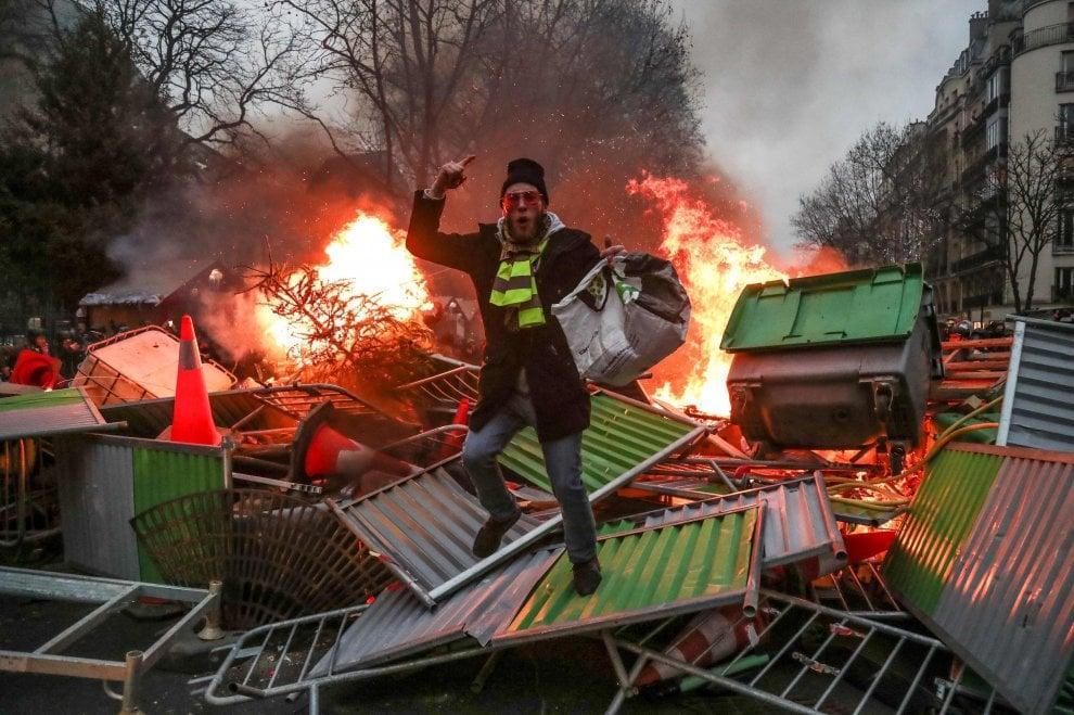 Gilet gialli, scontri a Parigi: feriti
