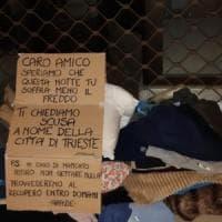 La solidarietà dei cittadini di Trieste dopo il gesto del vicesindaco, portano al clochard coperte e maglioni