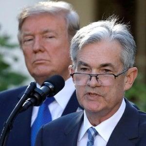 Il governatore Powell e, sullo sfondo, Donald Trump
