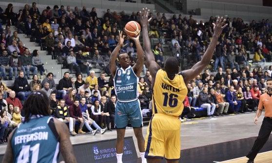 Basket, Milano vola anche senza le stelle, ok Venezia e Sassari