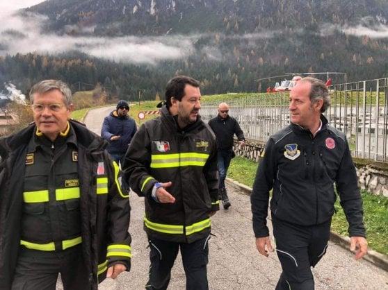 """Il sindacato dei pompieri denuncia Salvini: """"Bloccate questo uso improprio della divisa"""""""