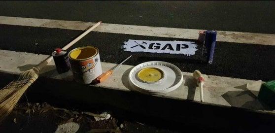 Roma, gappisti all'opera sulla segnaletica stradale per far attraversare i bambini