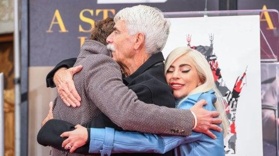 Lady Gaga, il giorno dopo. A letto con cereali e Golden Globe e quell'abbraccio con Cooper e Elliott