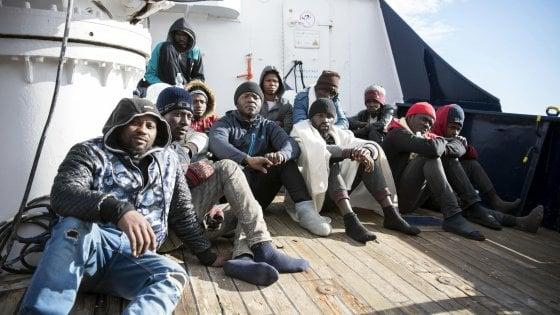 Sea Watch, migranti sbarcati a Malta: arriveranno in Italia in aereo dopo l'accordo con la Ue