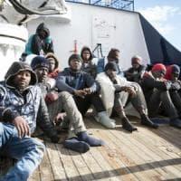 I migranti della Sea Watch arriveranno in Italia in aereo dopo l'accordo con la Ue