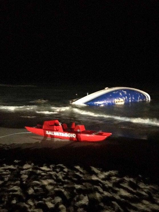 Migranti, in 51 su barca incagliata: li salvano i cittadini