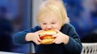 I bambini mangiano male? Colpa degli spot in tv