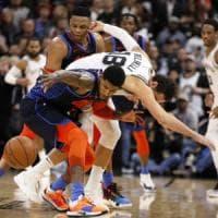 Basket, Nba: San Antonio show dopo due overtime, Gallinari mastica amaro