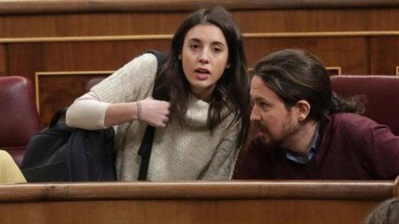 """Spagna, Pablo Iglesias e la """"mascolinità femminista"""". Fa il papà e alla guida di Podemos va la compagna Irene Montero"""