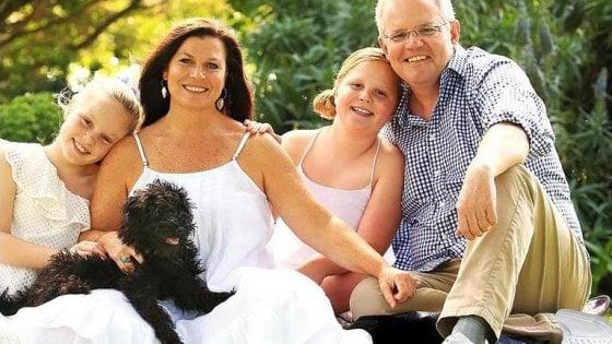 I due piedi sinistri del premier australiano Scott Morrison. Ironia social sul ritratto ritoccato