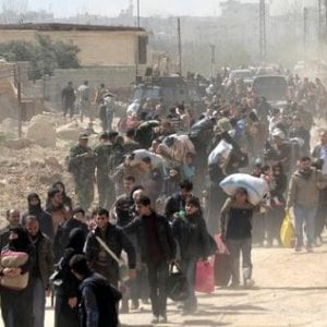 Siria, un'altra fuga di massa di civili per il riaccendersi degli scontri nell'enclave di Hajin, nella Siria orientale