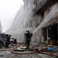 Parigi, esplosione per una fuga di gas: 3 morti. Fra i feriti un'italiana, il padre: