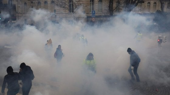 Francia, gilet gialli di nuovo in piazza. Scontri a Parigi e Bordeaux, caccia ai giornalisti