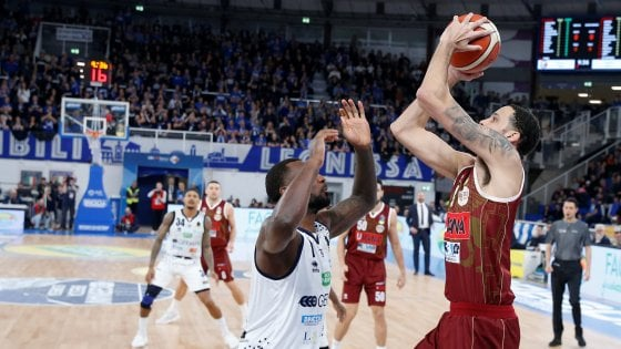 Basket, Serie A: Sassari passa a Cantù e accede alla Final Eight, Venezia ko a Brescia