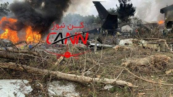Iran, un Boeing dell'esercito si schianta contro il muro di cinta di un aeroporto: 15 morti