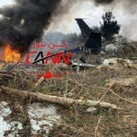 Iran, un Boeing dell'esercito si schianta contro il muro di cinta di un aeroporto: 15...
