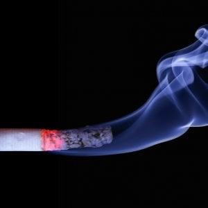Fumo passivo in ufficio, tumore dopo 7 anni dalla pensione. Viene risarcito