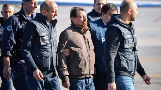 """Cesare Battisti è in Italia: l'arrivo a Ciampino, sarà trasferito a Oristano """"per ragioni di sicurezza"""""""