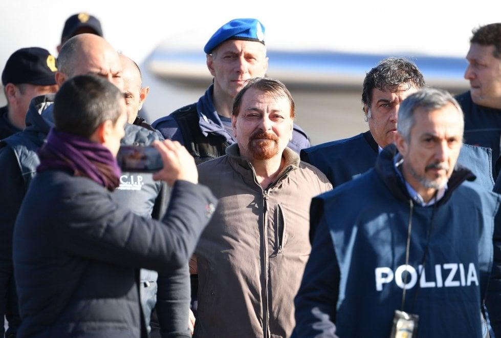 Cesare Battisti, lo sbarco a Ciampino. Salvini e Bonafede a bordo pista ad attenderlo