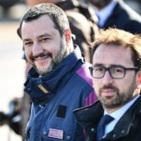 "Cesare Battisti in Italia, Salvini: ""Ora in galera altre decine di assassini"". Bonafede:..."