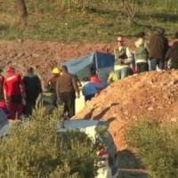 Malaga, bimbo intrappolato in un pozzo: si scava un tunnel laterale per raggiungerlo