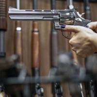"""Brasile, Bolsonaro firma il decreto: """"Possedere armi è un diritto"""""""