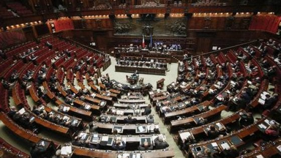 """Referendum, alla Camera la proposta di riforma costituzionale. Le opposizioni: """"La legge è un favore alle lobby"""""""